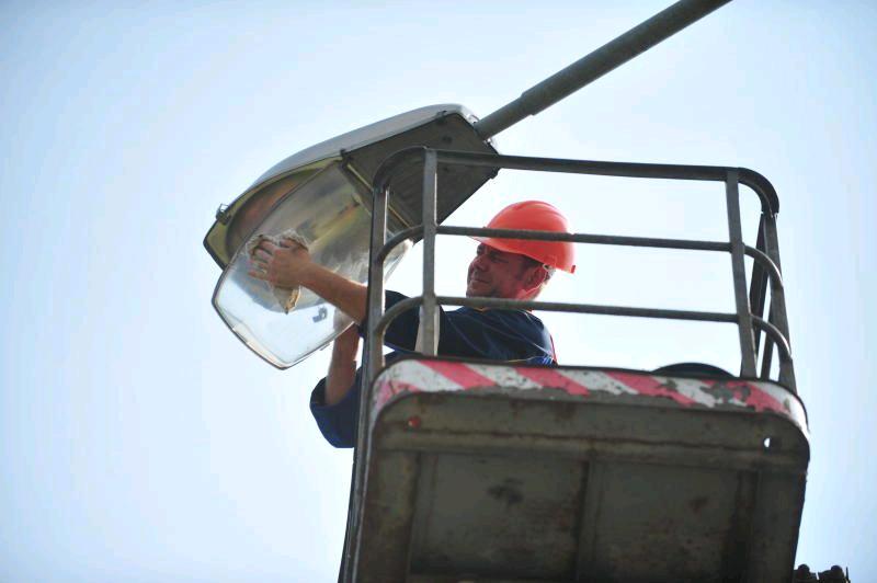 Работы по установке опор освещения начали в поселении Михайлово-Ярцевское. Фото: архив